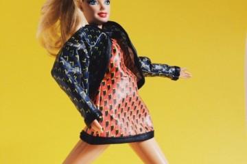 여성 컬렉션 취재를 맡은 게스트 에디터 진! 럭키 슈에뜨프린트 원피스와 재킷으로 차려 입었어요.