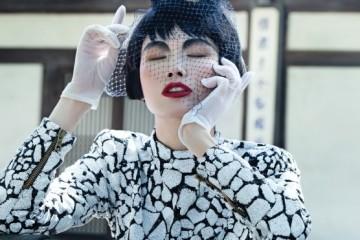 검은색과 흰색 스팽글이 크랙 패턴을 완성한 미니원피스는 발맹(Balmain). 새 둥지 모양의독특한 모자는 1970년대로 추정되는 빈티지 모자.
