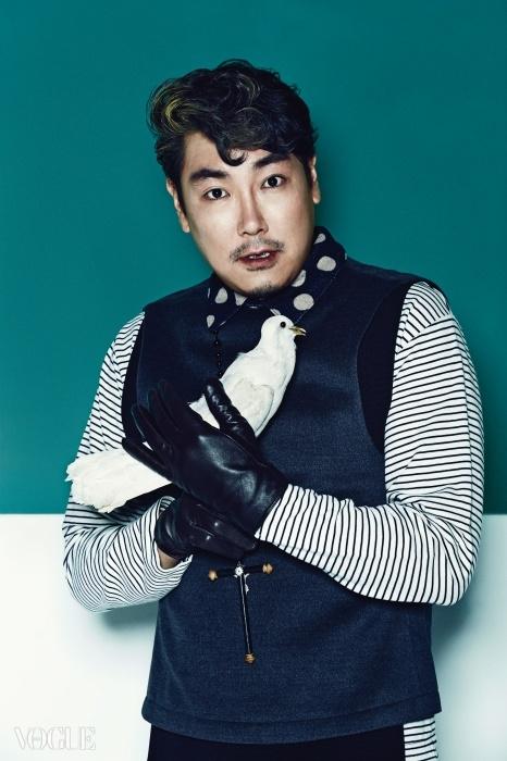 물방울무늬 칼라 장식의조끼는 장광효 카루소(ChangKwang Hyo Caruso),줄무늬 티셔츠는소윙바운더리스(SewingBoundaries).