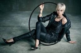 모터사이클 가죽 재킷과 스키니 핏 가죽 팬츠는 생로랑(Saint Laurent),스팽글 미니 드레스는 올세인츠(AllSaints), 실버 목걸이와 화이트 골드뱅글은 모두 에르메스(Hermès), 스틸레토 힐은 게스 슈즈(Guess Shoes).