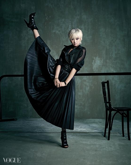 메시 소재 라이더 재킷은코이노니아(Coinonia), 가죽 소재 플리츠스커트는 랑방(Lanvin at Mue),가죽 스트랩 장식 오픈토 앵클 부츠는게스 슈즈(Guess Shoes), 로즈 골드 주얼리는모두 에르메스(Hermès).