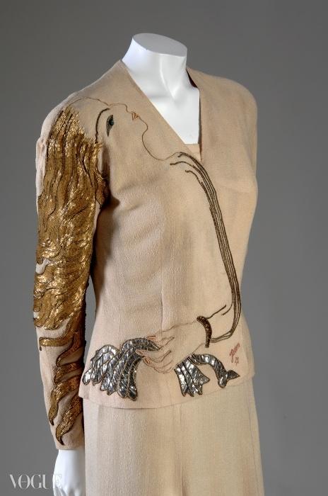 엘사 스키아파펠리의 초현실적 디자인. 장 콕토(Jean Cocteau)와 협업해 완성한 여성의 머리가 수놓아진 실크 크레이프와 메탈릭 이브닝 세트. ⓒ GETTY