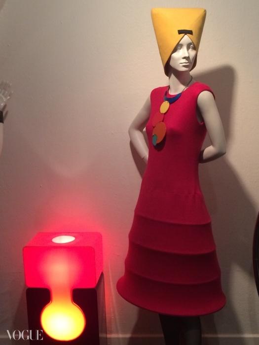 피에르 가르뎅 드레스와 램프ⓒ수지 멘키스