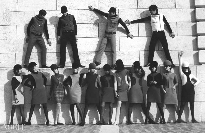 우주시대를 위래 옷을 갈아입고 있는 피에르 가르뎅 모델들, 1968ⓒ아카이브 피에르 가르뎅