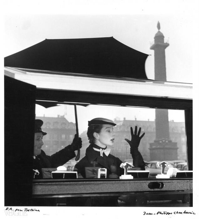 반 클리프 앤 아펠(Van Cleef & Arpels) 스토어 윈도우 앞에 있는 베티나, 방돔광장(Place Vendôme), 파리, 1953© 진 필립 샤보니에르(Jean-Philippe Charbonnier) / Gamma Rapho