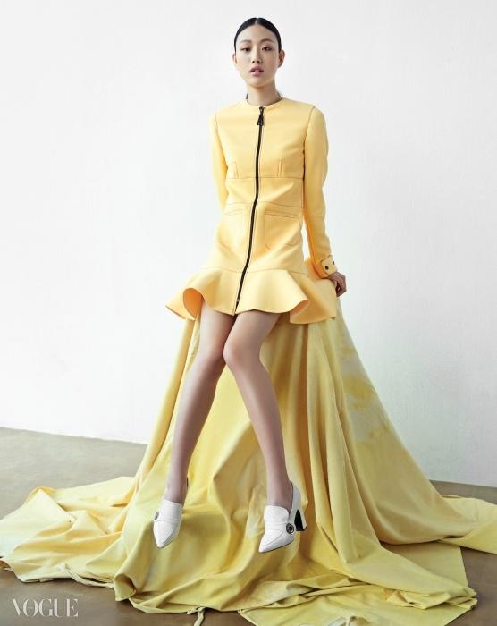 파리 컬렉션을 마치고 잠시 서울로돌아온 최소라. 그녀가 입은미니 드레스와 구두는 루이 비통(LouisVuitton) 리조트 컬렉션.
