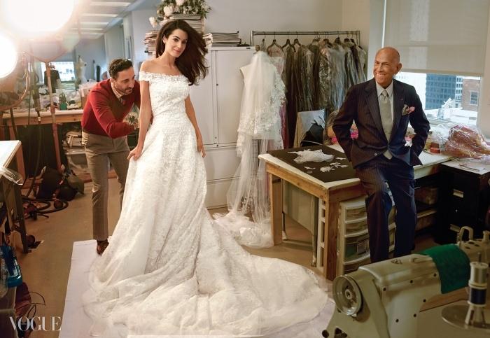 결혼식 전, 마지막 피팅을 위해 오스카드 라 렌타의 뉴욕 스튜디오를 찾은아말 알라무딘. 디자이너의 퍼스트어시스턴트 라파엘 일라도가 그녀의 드레스를완벽하게 손질하고 있다.
