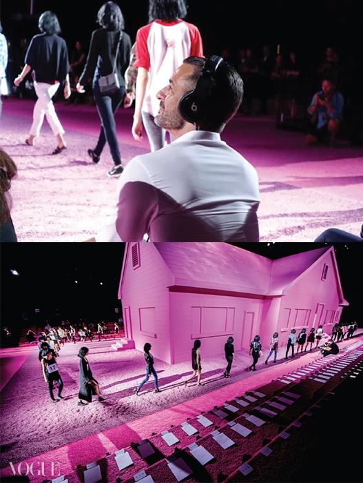 어딘지 모르게 불안한분위기로 가득한 마크제이콥스 쇼의 분홍집 무대.직접 헤드폰을 쓰고 리허설을점검 중인 마크 제이콥스.