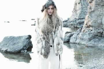 NOTHERN LIGHTS거친 바이킹 무드를 더했을 때, 흰색은 보다 대담하고젊게 변신한다. 토끼와 코요테털 소재의 베스트,니트 톱, 코튼 팬츠, 가죽 벨트, 가죽 스트랩 부츠는모두 이자벨 마랑(Isabel Marant).