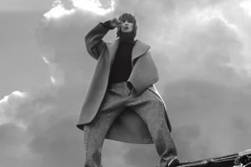 소라색 캐시미어 롱 코트는 에르메스(Hermès),하이네크 자주색 스웨터는 아크네(Acne),회색 트위드 소재 와이드 팬츠는김서룡(Kimseoryong), 트위드 소재 스니커즈는샤넬(Chanel).