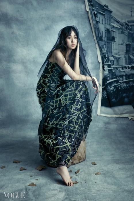 Trunk Show조르지오 아르마니는 그레이 컬렉션을선보이며 두 개의 포인트 컬러를 곁들였다.바로 블랙과 라임! 별빛에 반짝이는나뭇잎처럼 장식된 세퀸 장식 실크드레스는 레드 카펫을 위한 완벽한 선택.