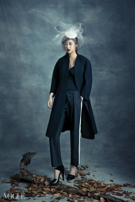 Wide Idea 턱시도 팬츠와 트레이닝 팬츠의 만남.라임 컬러로 옆선을 장식한 팬츠에 심플한코트가 더없이 잘 어울린다. 네트 장식모자는 코코드메르(Coco de Mer).