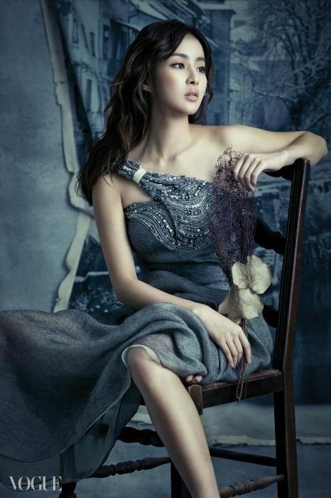A Shade of Grey비대칭 홀터 드레스는 강소라의 아름다운어깨 라인을 뽐내기에 제격이다.특히 은은한 멋의 비즈 장식이 반짝이면그녀에게서 눈을 떼기 힘들 것이다.