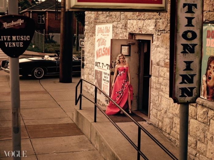 "BACKSTAGE PASS<와일드>의 장 마크 발레 감독은""그녀는 모든 걸 다 가졌어요. 그럼에도 자신의안전지대 밖으로 나가 새로운 걸 추구하죠""라고말했다. 꽃 장식을 덧댄 자주색실크 드레스는 CH 캐롤리나 헤레라, 힐은 지미 추."