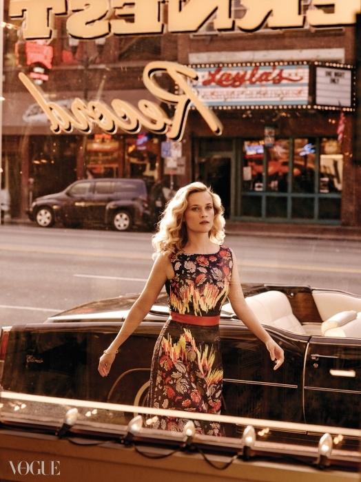 "STREET OF DREAMS""위더스푼은 무언가에 열정을 느끼면 바로뛰어들어야 한다는 걸 잘 알고 있는 여자죠.""위더스푼의 제작 파트너 브루나 파판드레아의말이다. 수가 놓인 실크 드레스는 피터 필로토,다이아몬드 뱅글은 제니퍼 메이어."