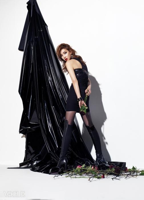 컷아웃 디자인의 섹시한 원피스는 베르사체(Versace), 볼드한 뱅글은 피 바이 파나쉬(P by Panache), 싸이하이 부츠는 스튜어트 와이츠만(Stuart Weitzman).