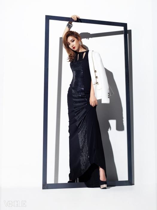 스팽글 장식 드레스는 에스카다(Escada), 화이트 재킷은 발맹(Balmain), 크리스털 장식 이어링은 스와로브스키(Swarovski), 뱅글은 랄프 로렌(Ralph Lauren), 베이식한 펌프스는 포에버21(Forever21).