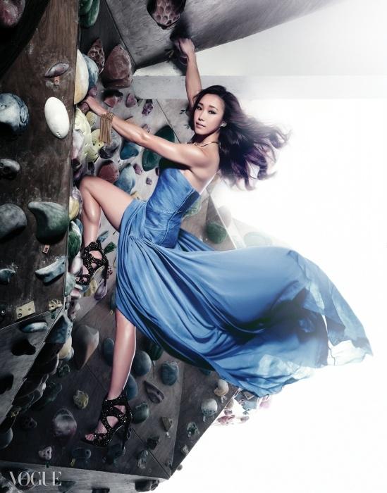 시폰 드레스는 랄프 로렌,크리스털 펜던트 목걸이는 엠주,뱅글은 클로에,힐은 쥬세페 자노티.
