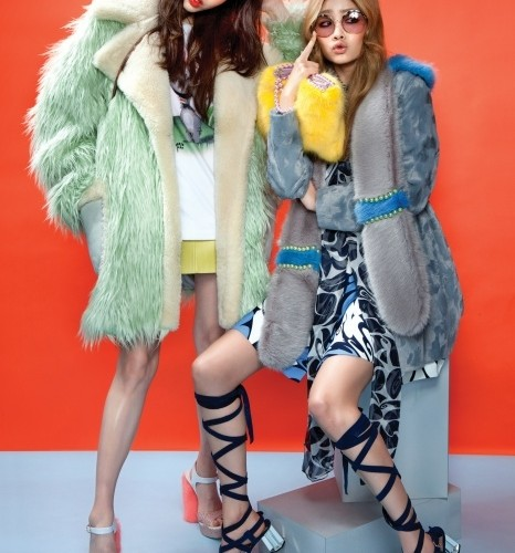 알록달록 캔디 같은 색감의 인조모피가 요즘 대세! 몽골리안 털처럼보이는 민트색 오버사이즈 코트,티셔츠, 레몬색 미니스커트는코치(Coach). 송치 느낌의 얇은인조 모피 코트, 투톤 스톨, 노란색클러치, 굽에 털이 장식된 샌들은모두 쉬림프(Shrimps). 패턴 미니드레스와 레이스업 샌들, 선글라스는모두 미우미우(Miu Miu).