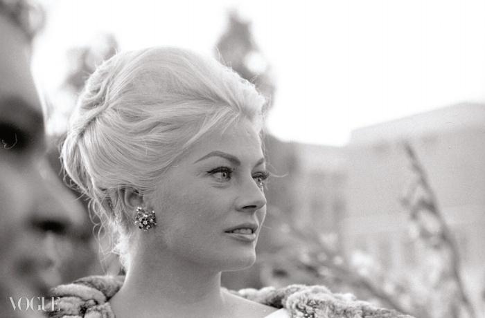 아니타 에크베르그(Anita Ekberg)가 영화 보카치노 <'70(Boccaccio '70)> 기자 회견을 위해 불가리를 입고 있는 모습. 1961