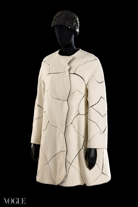 로베르토 카푸치 크래크드 코트(cracked coat), 1969 ⓒ 클라우디아 프림안겔리(Claudia Primangeli). 로베르토 카푸치 재단(Historical Archive Roberto Capucci Foundation).