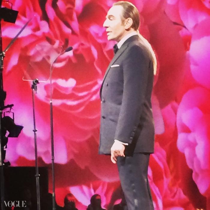 존 갈리아노가 안나 윈투어에게 상을 수여하기 위해 영국 패션 어워드에 용감히 참석했다.