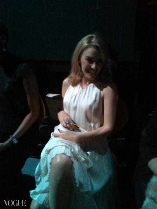 카일리는 스텔라 맥카트니(Stella McCartney) 드레스를 입은 채 백스테이지에서 다리를 꼬고 있었다.