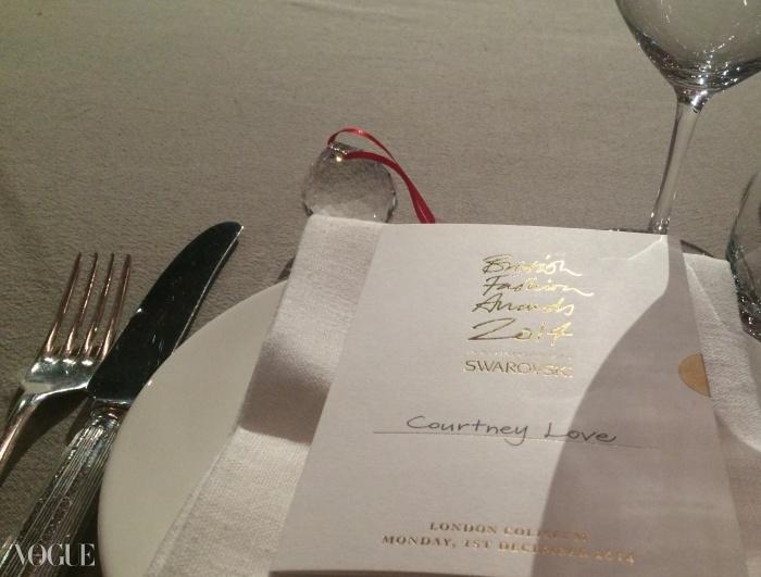 스와로브스키 방울이 테이블 위에서 반짝이는 순간