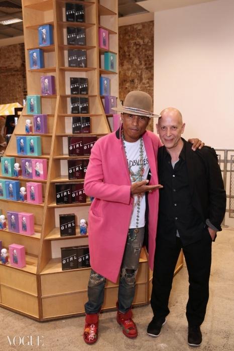 아드리안 조프와 퍼렐 윌리엄스가 패럴의 새 향수 'Girl'를 DSM 런던에서 론칭하며 축하하고 있다. ⓒ 대런 게리쉬
