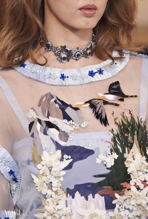 르마리에 디테일. 2014-2015 파리-잘츠부르크 공방 컬렉션의 드레스. 작은 가죽 플라워, 비즈, 아플리케를 이용한 섬세한 작업이 보인다. ⓒ CHANEL