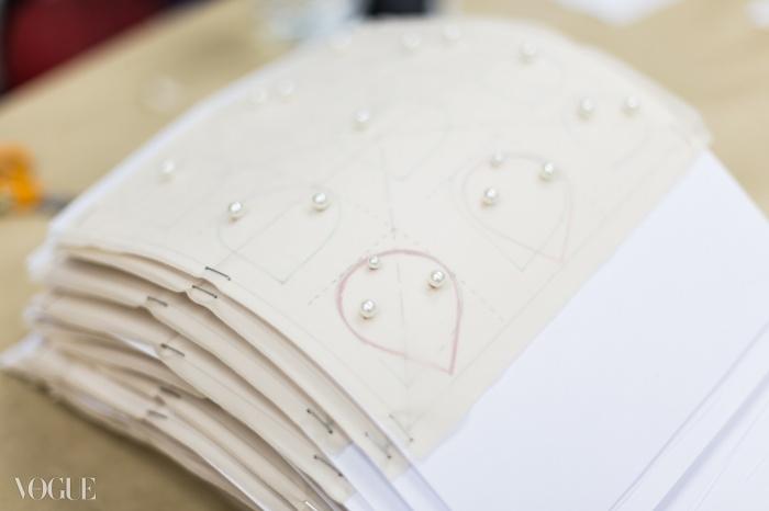 진주로 덮인 페탈들이 샤넬의 시그니처 플라워인 동백꽃에 펀치 되고 프레스 될 준비가 완료되었다. 메종 르마리에 ⓒ lejournalflou.com