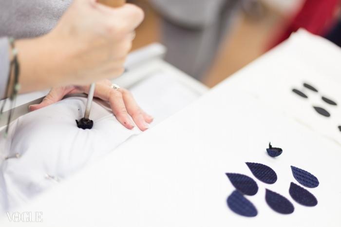 페탈들이 일일이 가열된 도구로 프레스 되고 있다. 메종 르마리에 ⓒ lejournalflou.com