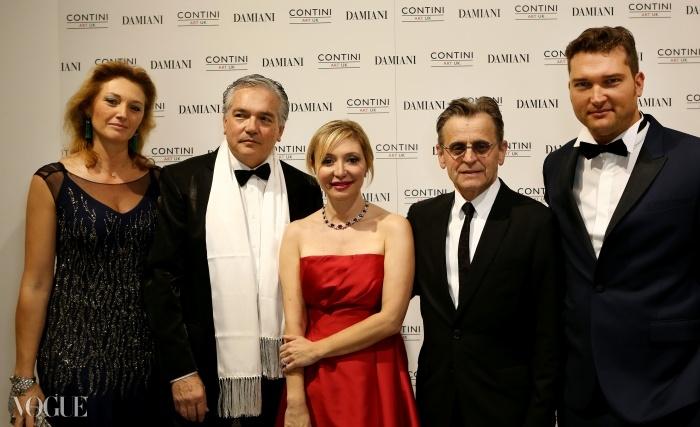 왼쪽에서부터, 리카르도 콘티니(Riccarda Contini), 갤러리 디렉터 스테파노 콘티니(Stefano Contini), 실비아 다미아니, 아티스트 미하일 바리시니코프, 그리고 갤러리 디렉터 크리스티앙 콘티니(Christian Contini)가 미하일 바리시니코프의 댄싱 어웨이 사진 전시회에 참석하였다. ⓒ 다미아니
