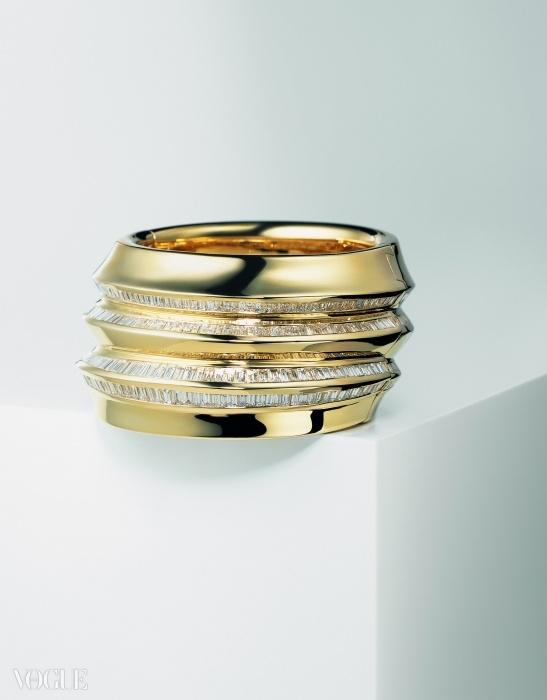 러프하고 광택 낸 골드가 346개의 바게트-컷 다이아몬드와 대조적인 뱅글. ⓒ 다미아니