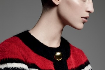 GROOVE ARMADA새로움이 적절히 가미된 재킷은 엄동설한에도당신을 돋보이게 한다. 라마, 울 소재의 빨강줄무늬 재킷은 마크 제이콥스(Marc Jacobs).