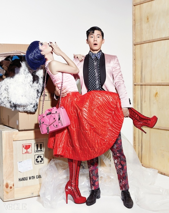 김무열의 연분홍 재킷은 로드앤테일러(Lord&Tailor), 작은도트 셔츠는 꼼데가르쏭(Comme desGarçons), 보타이는 톰 포드(TomFord), 잔잔한 꽃무늬 프린트 팬츠는펜필드(Penfield), 스팽글 레이스업슈즈는 루이 비통(Louis Vuitton).여자 모델의 분홍색 퀼팅 톱과 플레어스커트는 디올(Dior), 바이커 재킷 형태의백은 모스키노(Moschino).