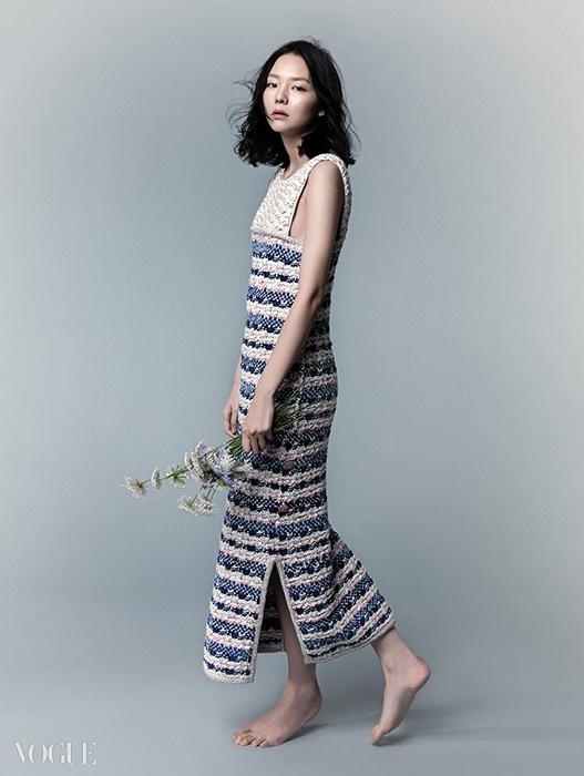 이솜의 트위드 소재 민소매원피스는 샤넬(Chanel).