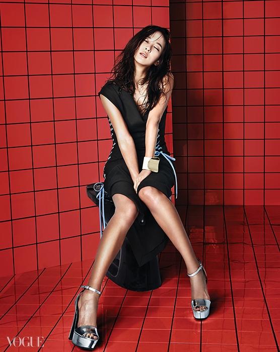 레이스업 트임 드레스는 디올(Dior), 메탈릭한가죽 소재 플랫폼 샌들은 구찌(Gucci), 곡면이 강조된커다란 뱅글은 토즈(Tod's).
