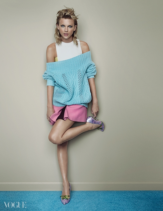 미니 드레스는 발렌티노(Valentino), 울 믹스 스웨터는 쥬시꾸뛰르(Juicy Couture), 자카드 힐은 미우미우(Miu Miu).
