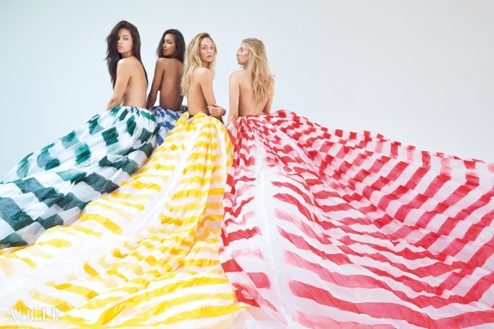 알록달록한 줄무늬 스커트가 아드리아나, 라이스,캔디스, 그리고 엘사의 날개가 되었다.오간자 스커트는 돌체앤가바나(Dolce&Gabbana),레이스 속바지는 빅토리아 시크릿(Victoria's Secret).