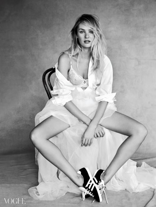지암바티스타 발리의 셔츠를 느슨하게걸친 캔디스에게서 꾸미지 않은 아름다움이느껴진다. 코튼 셔츠와 튤 스커트는지암바티스타 발리(Giambattista Valli),레이스 브라는 빅토리아 시크릿(Victoria'sSecret), 스웨이드 스니커즈는 아디다스오리지널스(Adidas Originals).