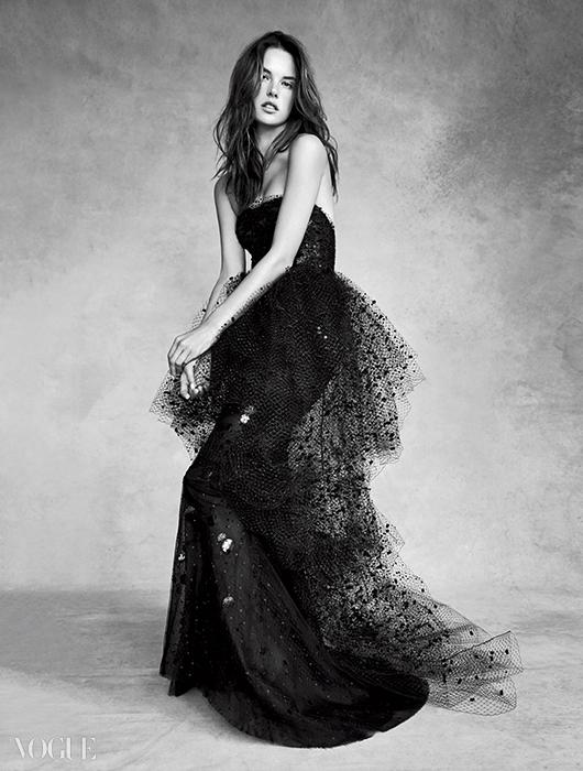 알레산드라의 완벽한 보디라인을 더욱돋보이게 하는 튜브 드레스! 세퀸 장식 뷔스티에드레스는 아르마니 프리베(Armani Privé).