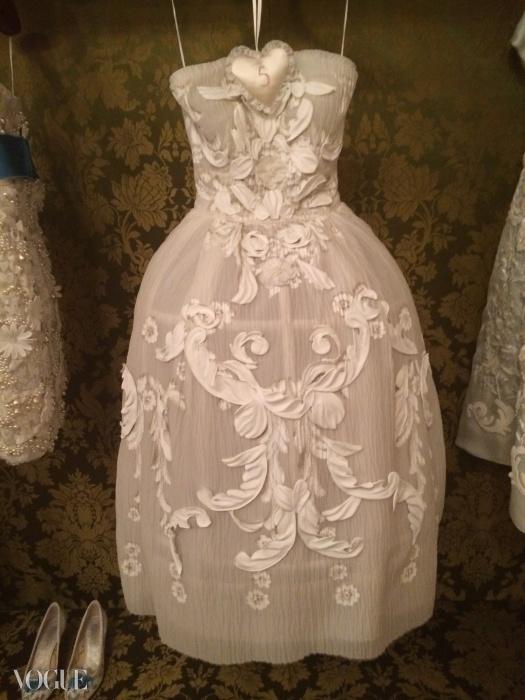 우아한 고객 드레스룸의 스투코 천장에서 영감을 얻은 드레스