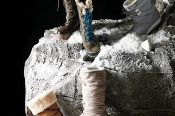 (왼쪽 위부터 시계 방향으로)착화가 편리한 지퍼 장식 부츠는 파잘(Pajar),보온 충전재와 플리스 안감을 사용한 스웨이드 부츠는 쏘렐(Sorell), 보드화를 닮은캐주얼한 패딩 부츠는 아디다스 오리지널스(Adidas Originals), 양털 안감과방수 기능 겉감을 사용해 보온성이 뛰어난 부츠는 카믹(Kamik), 방수 스웨이드는물론 조절 가능한 조임 장치가 달린 양털 부츠는 어그(Ugg).