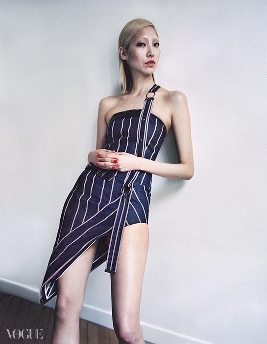 남성적인 핀스트라이프소재가 관능적인 미니 드레스로변신했다. 바카렐로가가장 좋아하는 비대칭 실루엣!