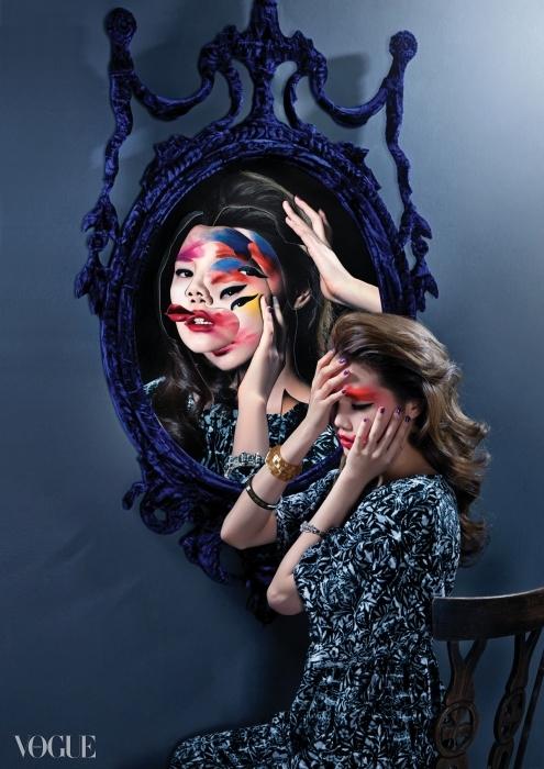 자신의 눈에만 보이는 결점 때문에괴로워하는 신체이형장애 환자들.식물무늬 라운지 웨어와 뱅글은모두 샤넬(Chanel). 거울은 토마스앤바인스(Thomas&Vines at Boe).