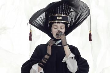 하늘과 왕이 통한다는 의미의 216개 옥으로 만들어진 통천관은김혜순 한복(Kim Hye Soon Hanbok), 제비 프린트 셔츠는맥큐(McQ), 퍼프 소매 쇼트 재킷과 반지는 펜디(Fendi), 검정 바지와길이가 다른 시스루 장갑은 지방시(Givenchy by Riccardo Tisci).