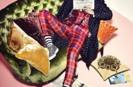 도트무늬 실크 가운은 김서룡(Kimseoryong),실크 체크무늬 수트와 셔츠, 타이는 모두 비비안웨스트우드(Vivienne Westwood), 스트라이프 양말은해피삭스(Happy Socks), 그래픽 패턴의 스니커즈는피에르 아르디(Pierre Hardy). 진한 버건디컬러 벨벳 소재 쿠션과 오렌지색 H 블록 패턴 쿠션은에르메스(Hermès at Hyunwoo Design).