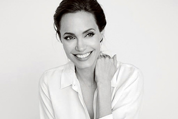 NEW DIRECTION배우이자 감독, 그리고 유엔 난민기구의특사인 그녀는 현장에선 캐주얼한 옷을,무대에선 디자이너 드레스를 입는다.화이트 셔츠는 막스마라(Max Mara), 팬츠는할스톤 헤리티지(Halston Heritage).