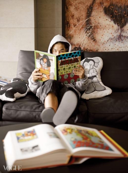 팝 아트적 감성이 녹아든 태양의 블랙 디즈니랜드. 동심 가득한 캐릭터들이담긴 책들과 그가 좋아하는 여가수 엠아이에이의 사진집이 블랙 테이블 위를 점령했다.